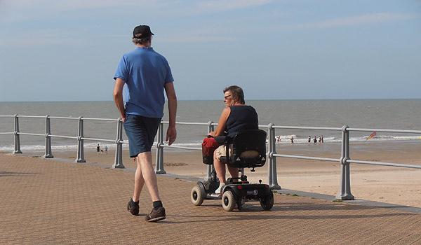 Vele gehandicapten vakanties binnen en buiten de EU | 600×350-Middelkerke-strand-scootmobiel.jpg | Vele gehandicapten vakanties binnen en buiten de EU
