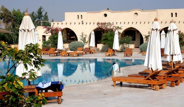 Vele gehandicapten vakanties binnen en buiten de EU | 600×350-Egypte-Rihana-Resort-Sunset_Pool.jpg | Vele gehandicapten vakanties binnen en buiten de EU