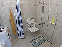 Vele gehandicapten vakanties binnen en buiten de EU   douchezitje.jpg   Vele gehandicapten vakanties binnen en buiten de EU