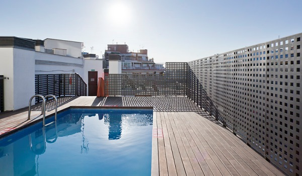 Vele gehandicapten vakanties binnen en buiten de EU | 600×350-Barcelona-Hotel-Confortel-Auditori-Pool.jpg | Vele gehandicapten vakanties binnen en buiten de EU