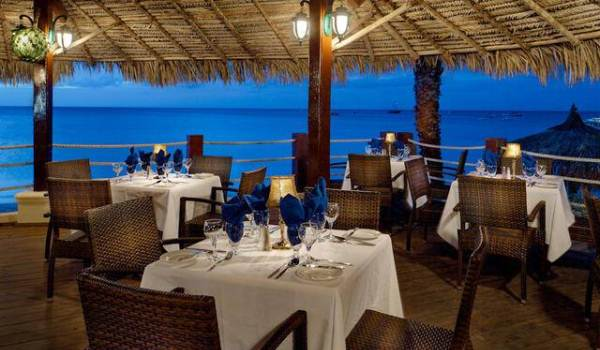 Vele gehandicapten vakanties binnen en buiten de EU | 600×350-Aruba-Holiday-Inn-Beach-Bar.jpg | Vele gehandicapten vakanties binnen en buiten de EU