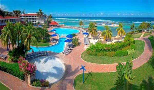Vele gehandicapten vakanties binnen en buiten de EU | Jamaica-Holiday-Inn-Pool.jpg | Vele gehandicapten vakanties binnen en buiten de EU