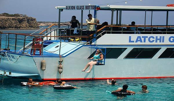 Vele gehandicapten vakanties binnen en buiten de EU | Cypres-CA-Boat_hoist.jpg | Vele gehandicapten vakanties binnen en buiten de EU