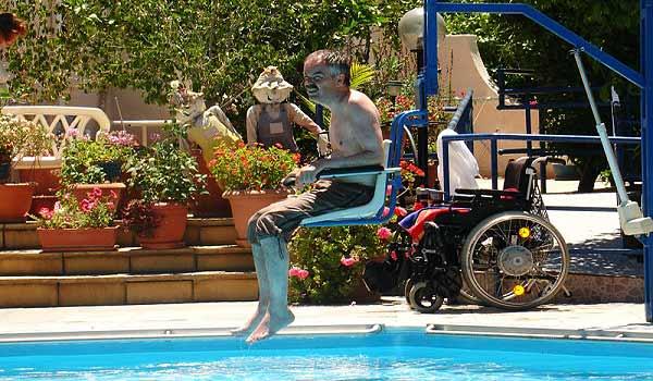 Vele gehandicapten vakanties binnen en buiten de EU | Cypres-CA-Pool_hoist.jpg | Vele gehandicapten vakanties binnen en buiten de EU