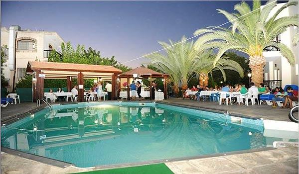 Vele gehandicapten vakanties binnen en buiten de EU | Cypres-CA-Zwembad-Eten.jpg | Vele gehandicapten vakanties binnen en buiten de EU