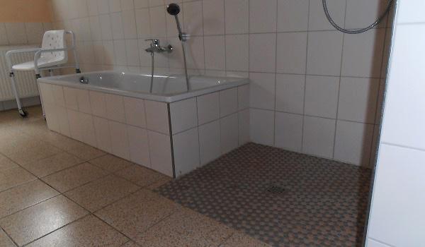 Vele gehandicapten vakanties binnen en buiten de EU   600×350-Lahntein-Barrièrevrij-douche-bad1.jpg   Vele gehandicapten vakanties binnen en buiten de EU