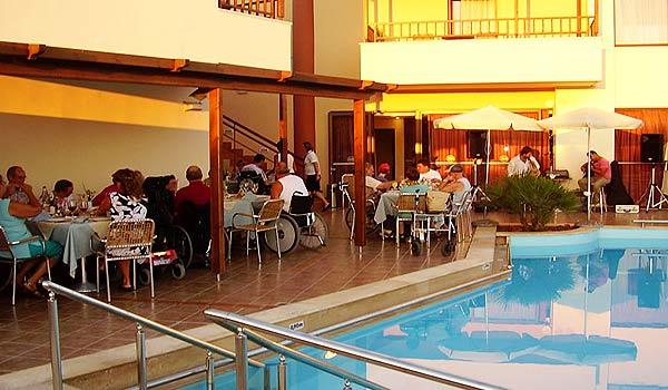 Vele gehandicapten vakanties binnen en buiten de EU   600×350-Kreta-Eria_Resort_Eten_groep.jpg   Vele gehandicapten vakanties binnen en buiten de EU