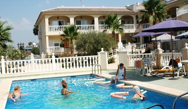 Vele gehandicapten vakanties binnen en buiten de EU | 600×350-Spanje-Rojales-zwembad.jpg | Vele gehandicapten vakanties binnen en buiten de EU