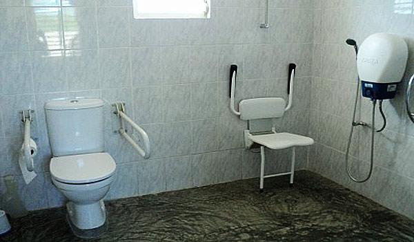 Vele gehandicapten vakanties binnen en buiten de EU | 600×350-Bonaire-RoRo-WC.jpg | Vele gehandicapten vakanties binnen en buiten de EU