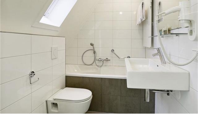 Vele gehandicapten vakanties binnen en buiten de EU | 640×370-badkamer-boven-volendam-aangepast.jpg | Vele gehandicapten vakanties binnen en buiten de EU
